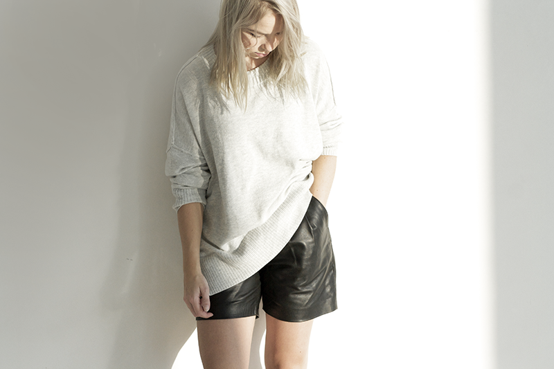 oversized-grey-sweater_leather-shorts
