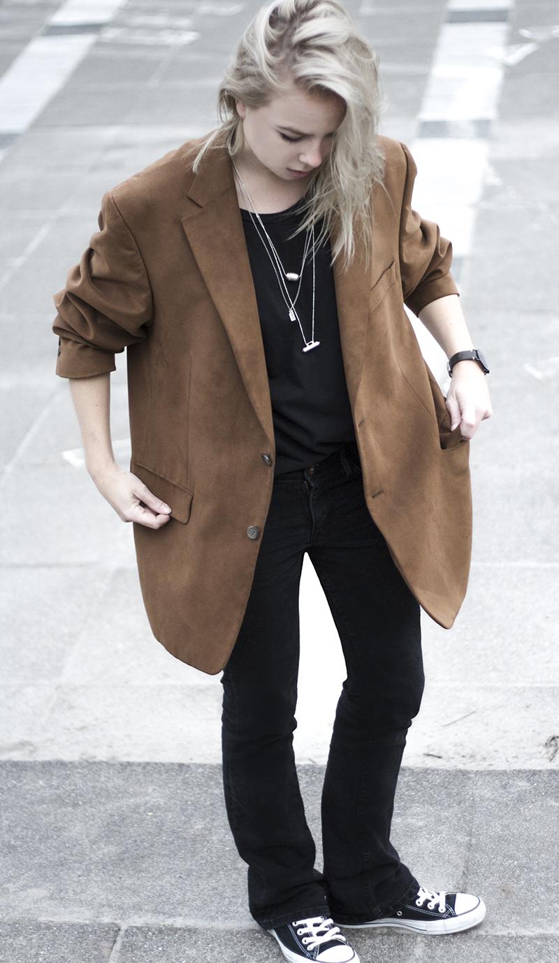 boyfriend blazer 70s style bootcut jeans metal jewelry