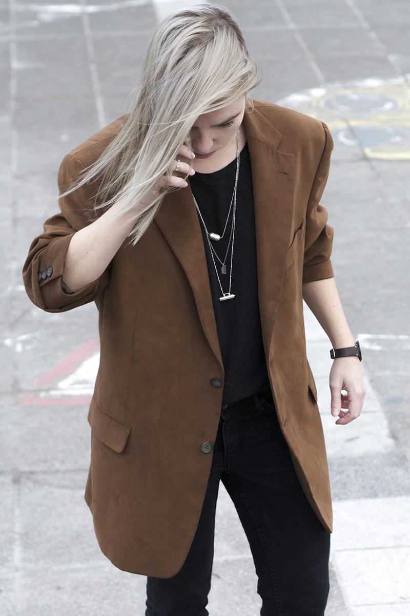 brown-suede-blazer_metal-necklaces_outfit-fashion