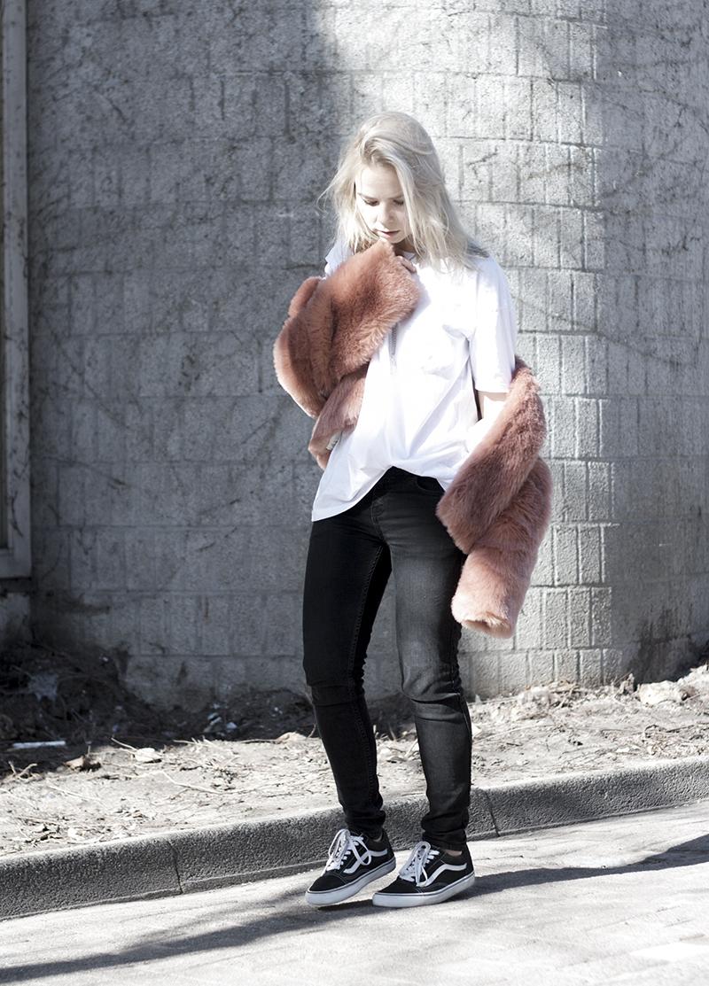 h&m-trend-coat-outfit_pink-trend_vans-old-skool