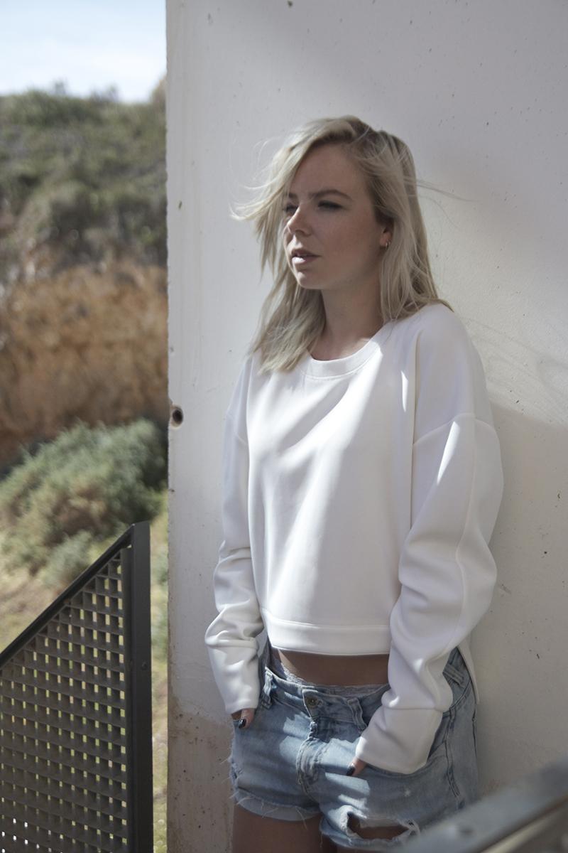 august-street-minimal-sweater_distressed-boyfriend-shorts_stan-smith-fashion-blog-outfit(10)