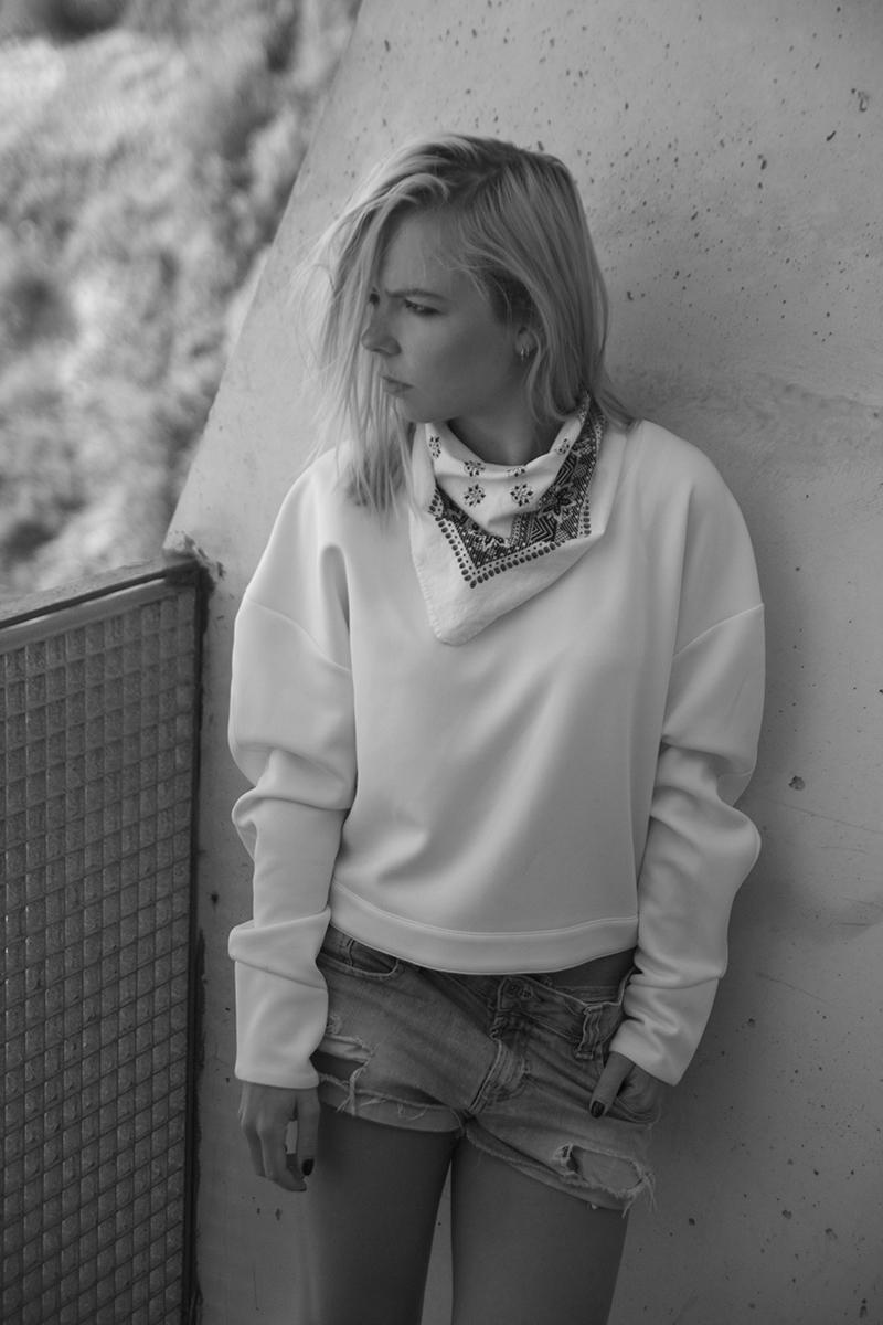 august-street-minimal-sweater_distressed-boyfriend-shorts_stan-smith-fashion-blog-outfit(3)