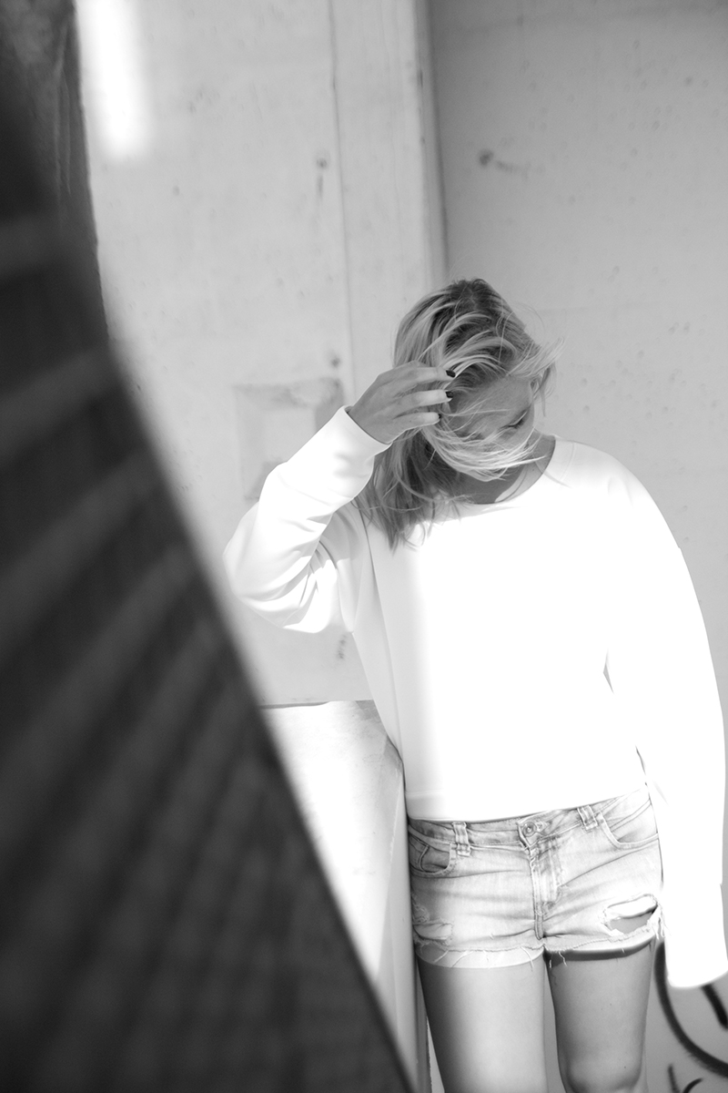august-street-minimal-sweater_distressed-boyfriend-shorts_stan-smith-fashion-blog-outfit(4)