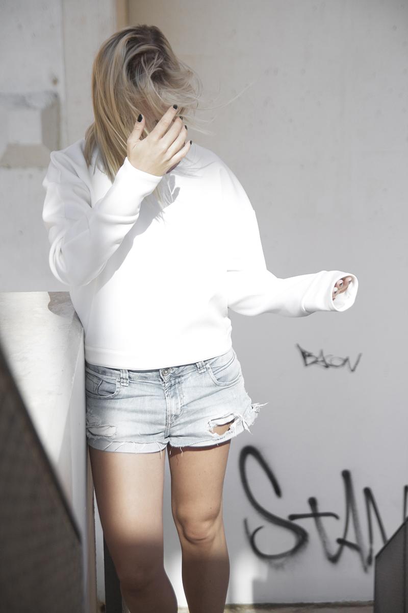 august-street-minimal-sweater_distressed-boyfriend-shorts_stan-smith-fashion-blog-outfit(5)