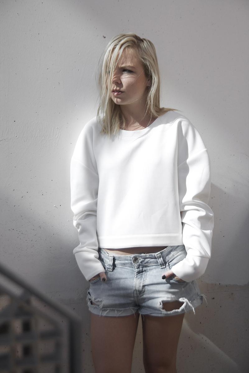 august-street-minimal-sweater_distressed-boyfriend-shorts_stan-smith-fashion-blog-outfit(6)