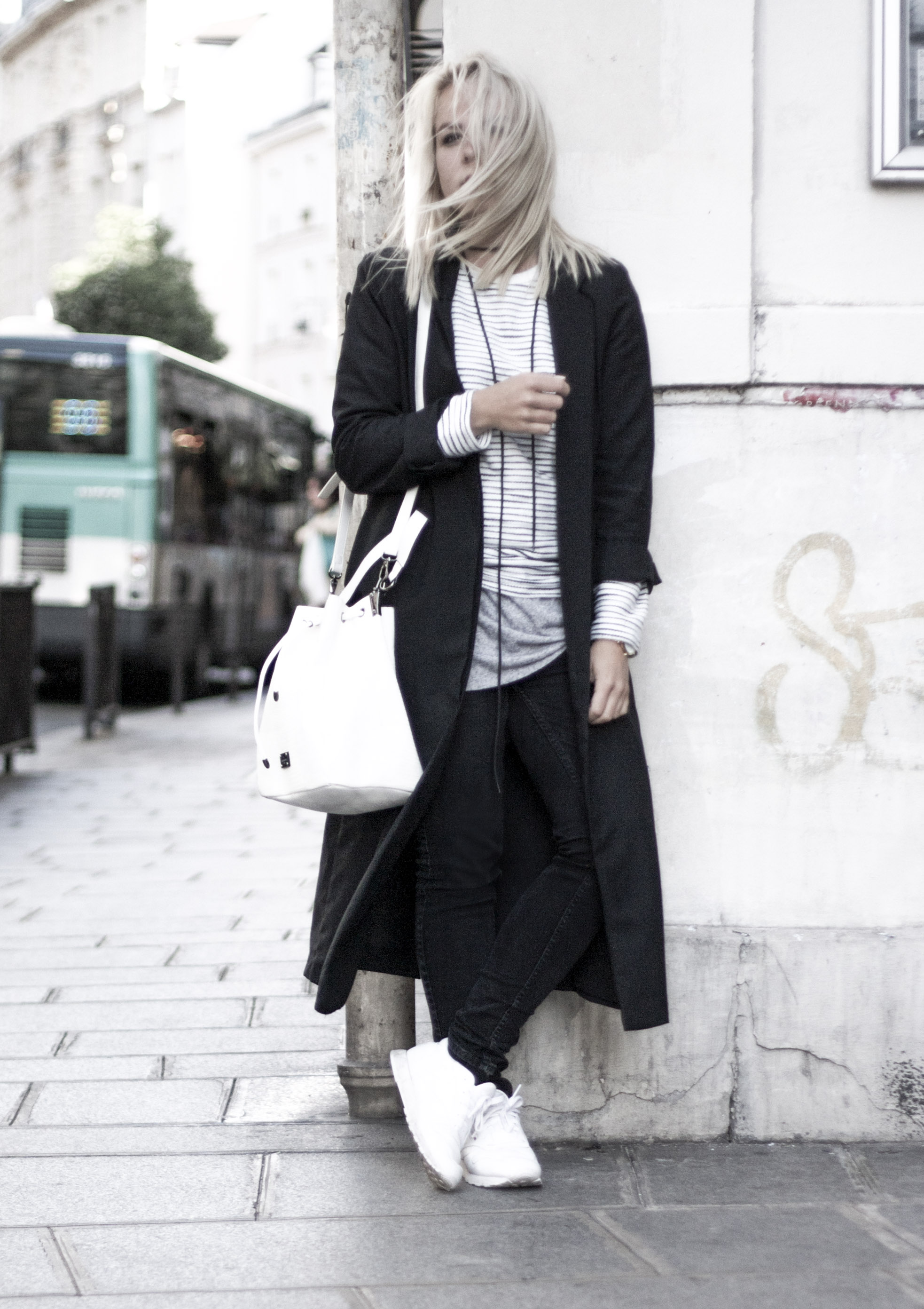 white bucket bag striped sweater reebok sneakers paris le marais streetstyle